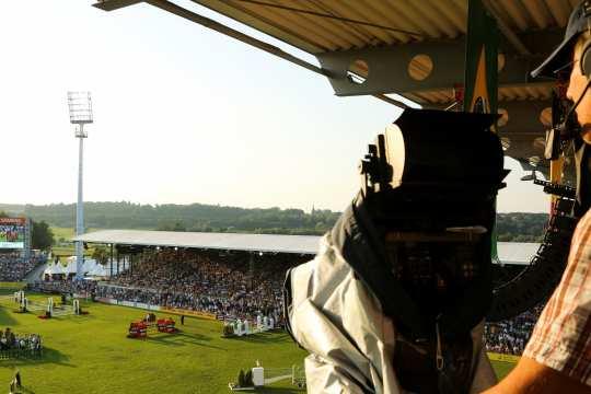 Beeindruckender Blick: Eine Fernsehkamera filmt das Hauptstadion von oben.