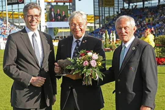 Den Preis der Stadt Aachen übergeben Oberbürgermeister Marcel Philipp (links) und ALRV-Präsident Carl Meulenbergh (rechts). Foto: CHIO Aachen/Michael Strauch