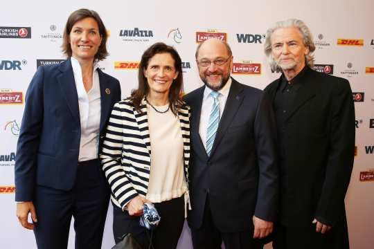 It shows the President of the EU Parliament, Martin Schulz, who visited the traditional Media Night together with his wife, Inge. The couple were welcomed by Stefanie Peters, Supervisory Board member of the Aachen-Laurensberger Rennverein e.V. and co-host Hermann Bühlbecker, Executive Director of the Aachen Printen and Chocolate Factory, Henry Lambertz.