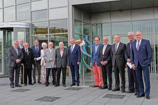 Carl Meulenbergh (Mitte) zeichnet die langjährigen Mitglieder des ALRV aus.