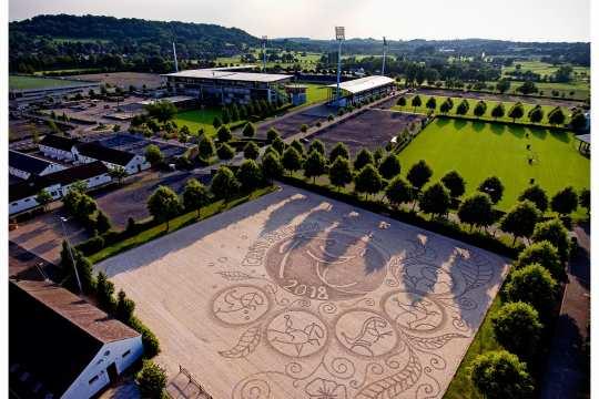 Echte Sandarbeit: CHIO Aachen-Kunst auf 70x70 Meter. Foto: Martin Stockberg