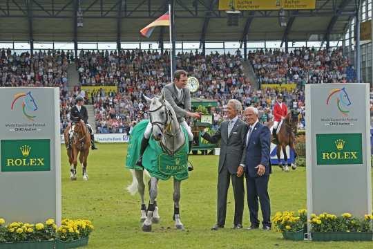 Hier liegt ein honorarfreies Foto zum Download. Dem Sieger gratulieren Peter Streit, Geschäftsführer Rolex Deutschland, und ALRV-Präsident Carl Meulenbergh (rechts). Foto: CHIO Aachen/Michael Strauch