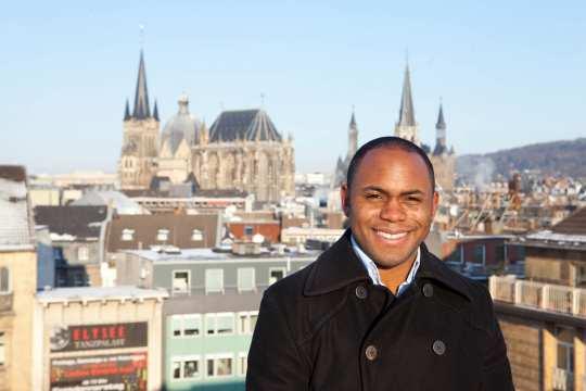 Kazem Abdullah vor dem Aachener Stadtpanorama mit Dom und Rathaus. (Foto: Carl Brunn)