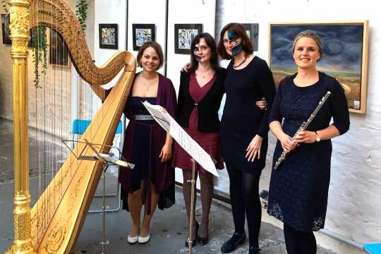 Annette Michalke, ihre Freundin Oxana Romanuk (2. v. l.) sowie die Musikerinnen Christina Kurz (Harfe, links) und Stefanie Faust (Flöte, rechts).