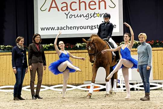 "The photo can be used copyright-free in connection with this press release (Photo: Aachen Youngstars). It shows Nadine Capellmann (right), Birgit Rosenberg and Stefanie Peters (f.t.l.) as well as the dancers Clara Witte and Nina Scherl. Lisa Prummenbaum is sitting in the saddle of ""Ronaldinho""."