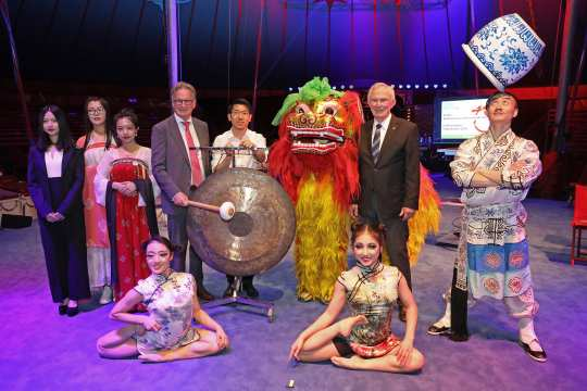 "The ALRV President Carl Meulenbergh (2nd f.t.r.) and the Chairman, Frank Kemperman (5th f.t.l.), are looking forward to Chinese tradition and culture. They presented the agenda for the Opening Ceremony of this year's CHIO Aachen together with artists from the Chinese national circus, members of the Chinese Traditional Association of Chinese Scientists and Students Aachen"" and the musician Liang Dong . Photo: CHIO Aachen/Andreas Steindl"